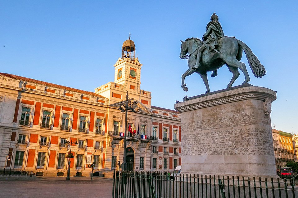 Morning at puerta del sol here you 39 ll find spain 39 39 s for Monumento puerta del sol