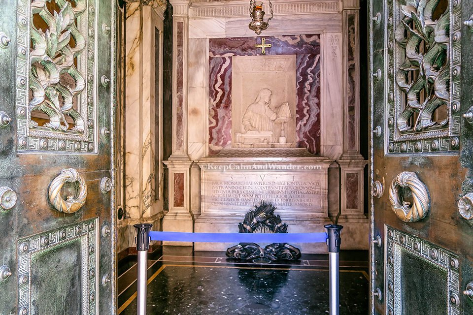 Tomb of Dante Alighieri / A Day Trip to the City of Ravenna Where Dante is Laid to Rest (Italy).